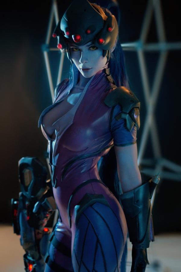 widowmaker cosplay holding rifle