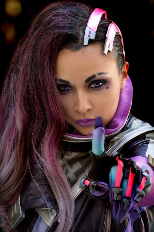 sombra cosplay finger up