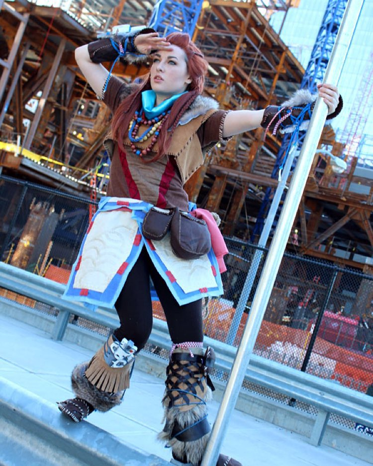 aloy cosplay holding onto street pole